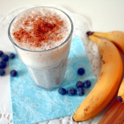 Bananen-Blaubeer-Shake mit Zimt