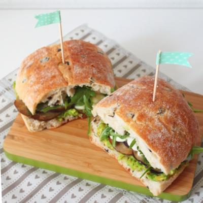 Lecker Mittagssnack: Ciabatta mit Avocadocreme und gebratener Aubergine