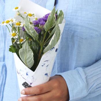 DIY: Papier marmorieren und Blumenstrauß verpacken