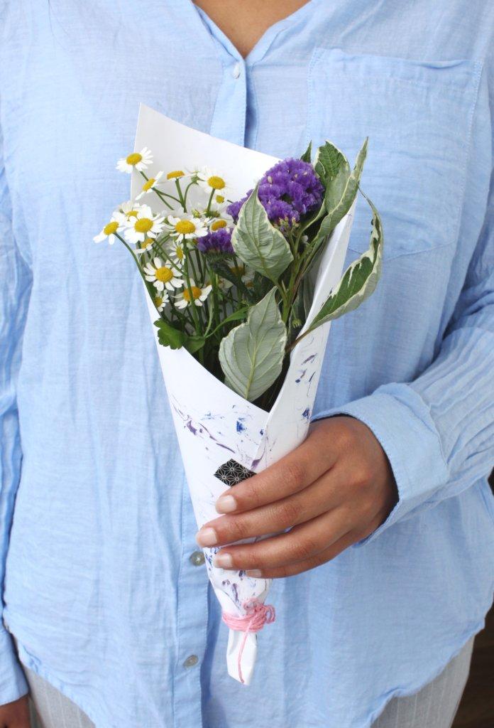 DIY Blog basteln selbermachen Papier marmorieren Blumenstrauss verpacken Blumen verschenken
